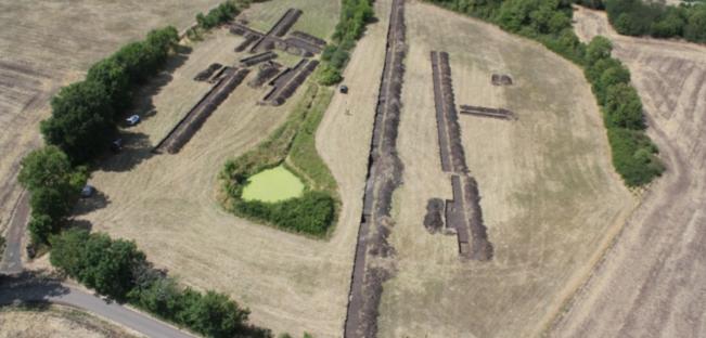 Vue aérienne des tranchées de sondage ouvertes sur le site de l'ancien lac (cliché au drone B.-N. Chagny)